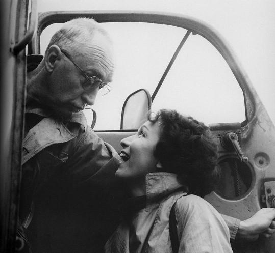 Hana Maciuchová s Jiřím Adamírou během natáčení filmu Poločas štěstí. Věkový rozdíl nikdy neřešili.
