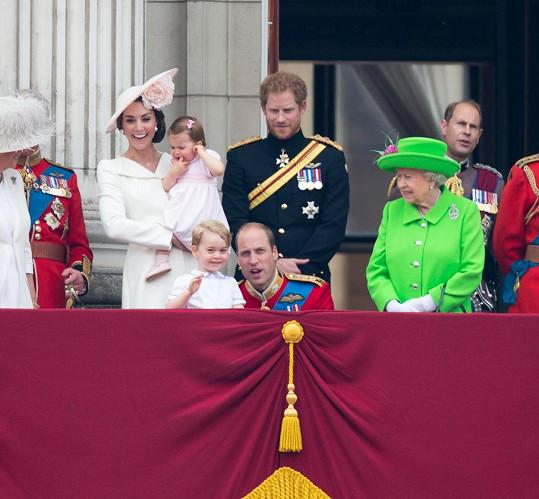 Královna Alžběta II. nejdřív vše sledovala dobře naladěná...