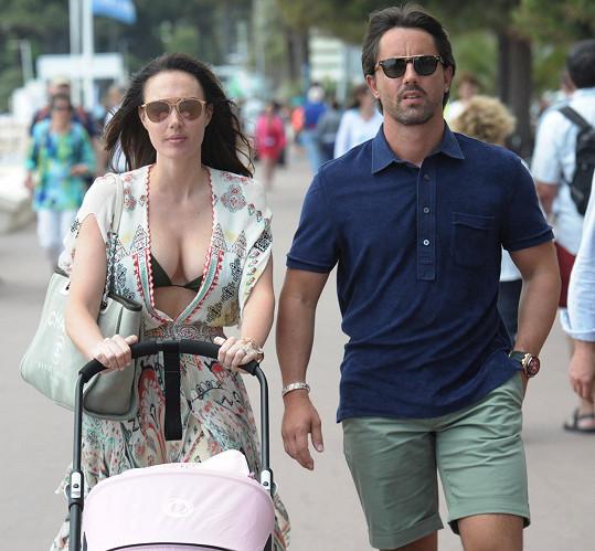 Tamara v Cannes s manželem a dcerkou