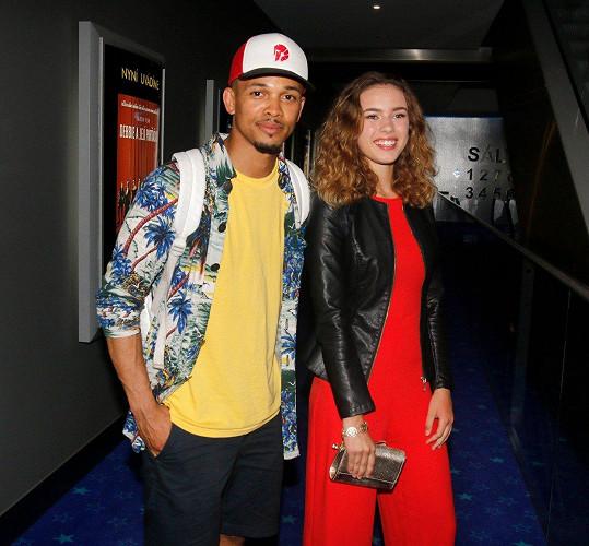 Na premiéře filmu Backstage se vyfotila s Benem Cristovaem.