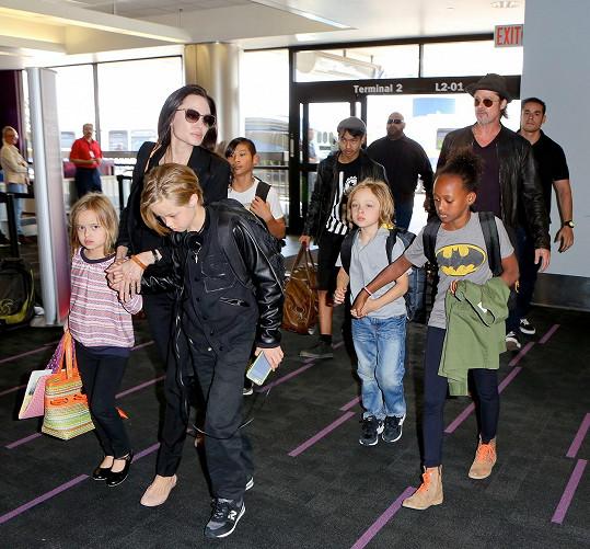 Tuhle rodinku na letišti nepřehlédnete.
