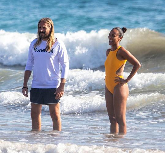 S manželem si vyrazili na pláž.