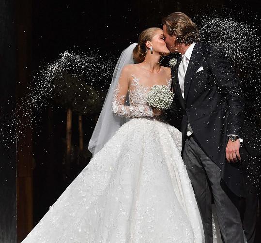 S těmito svatebními šaty před lety vzbudila pozornost.