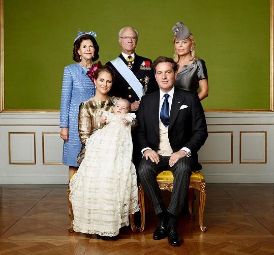 S Nicolasem pózovali i jeho prarodiče - král Carl XVI Gustaf, královna Silvia a americká babička Eva Maria O´Neill.