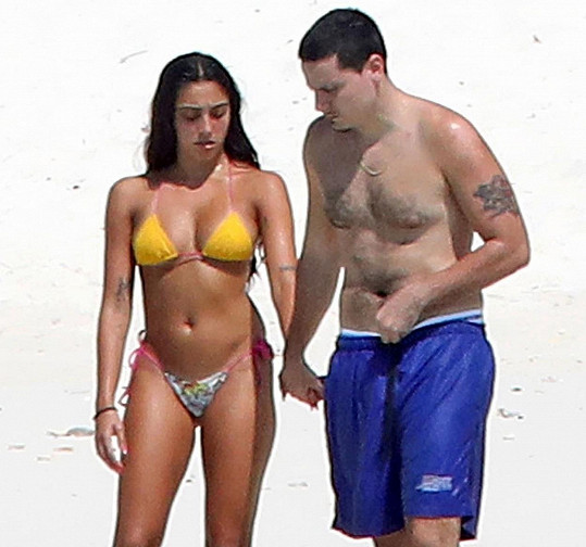 Se svou novou známostí na pláži v Miami