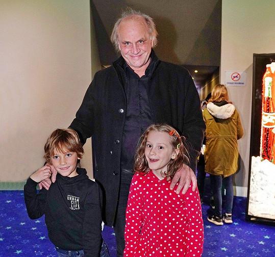 Michael Kocáb se pochlubil synem Davidem a vnučkou Miou, mezi nimiž je věkový rozdíl necelého půl roku.