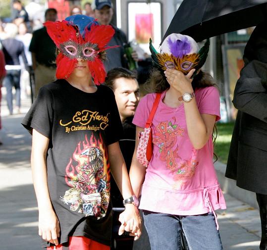 Zpěvák vyžadoval, aby jeho děti na veřejnosti nosily masky.