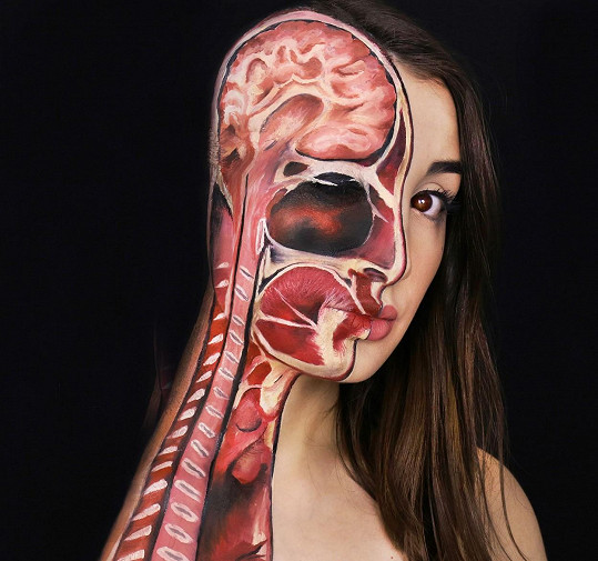 Anatomie hlavy v podání jedenadvacetileté umělkyně