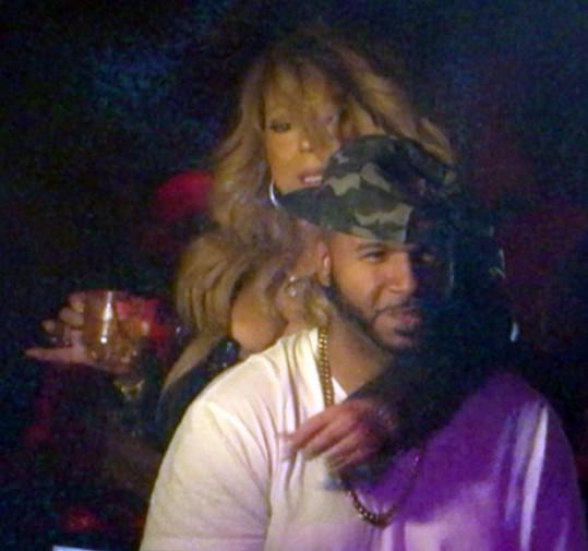 Jedna ruka svírala sklenku vodky, druhá pohledného DJ...