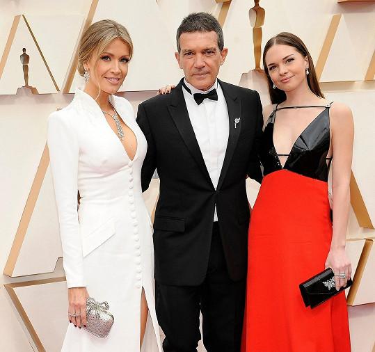 Antonio Banderas dorazil na Oscary s partnerkou Nicole Kimpel a dcerou Stellou (vpravo).