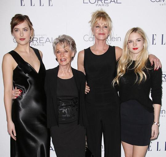 Griffith s maminkou a dcerami, zleva: Dakota Johnson, Tippi Hedren, Griffith a Stella Banderas