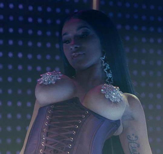 Silikony vystavila na odiv i ve filmu Zlatokopky, kde si zahrála striptérku.
