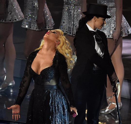 Aguilera zpestřila zápas NBA.