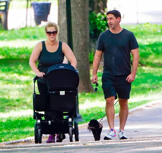 Amy Schumer má s manželem Chrisem Fischerem syna Geneho.