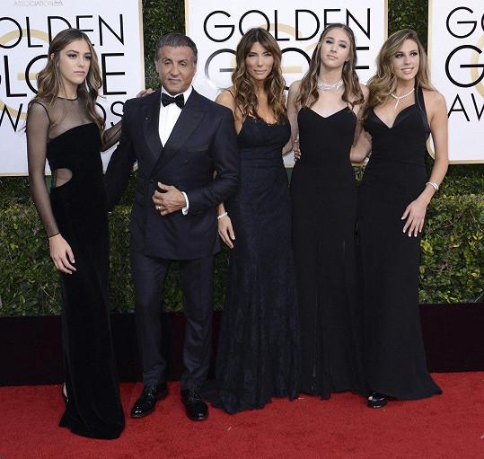 Slavný herec má byt na co pyšný! Zprava: Sophia, Scarlet, maminka Jennifer, táta Sylvester a Sistine.