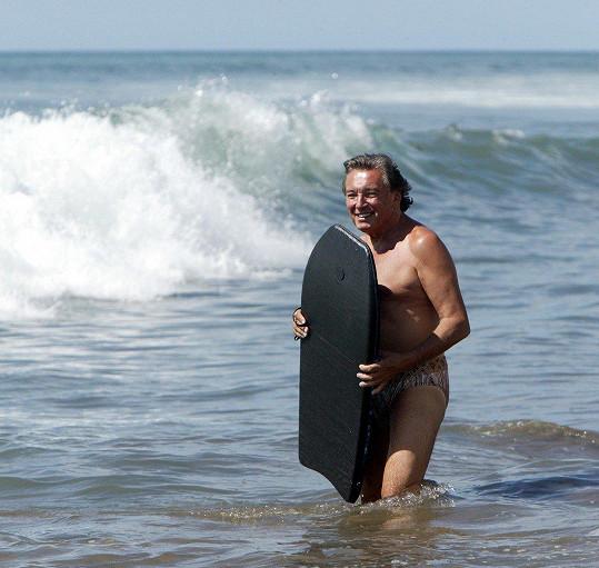 Na Kanárských ostrovech vyzkoušel v roce 2006 i surfařské prkno.