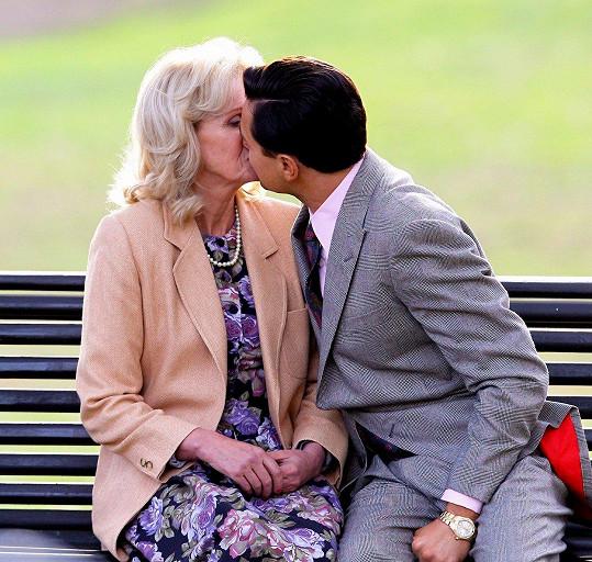 Joanna Lumley si líbací scénu s Leonardem DiCapriem ve filmu Vlk z Wall Street příliš neužila.
