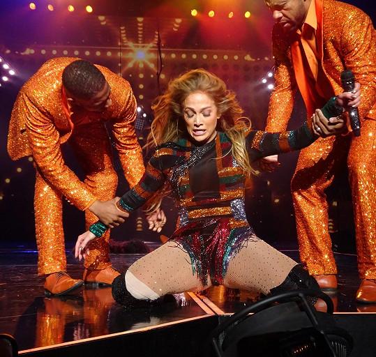 Bohužel, Jennifer Lopez (47) to potkalo. Bez pomoci tanečníků by asi nevstala.