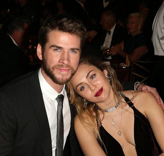 Miley a Liam se k sobě tiskli jako čerstvě zamilovaný pár.