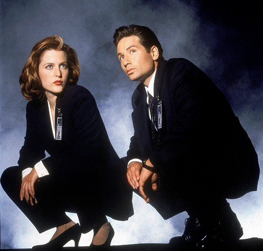 Gillian Anderson s Davidem Duchovnym v seriálu Akta X.