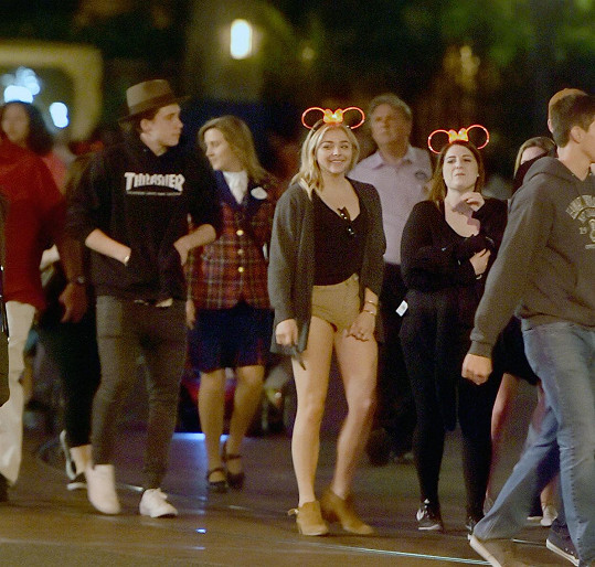 Noční Disneyland si páreček užil i se zpěvačkou Meghan Trainor.