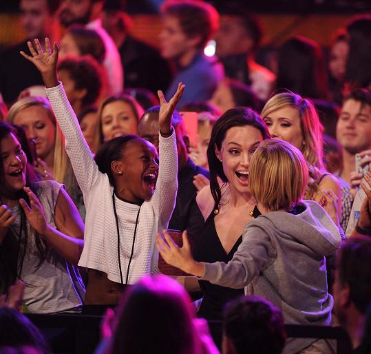 Nefalšovaná radost slavné herečky a jejích dcer na Kids Choice Awards