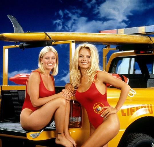 Pamela Andreson a Nicole Eggert v ikonických plavkách.