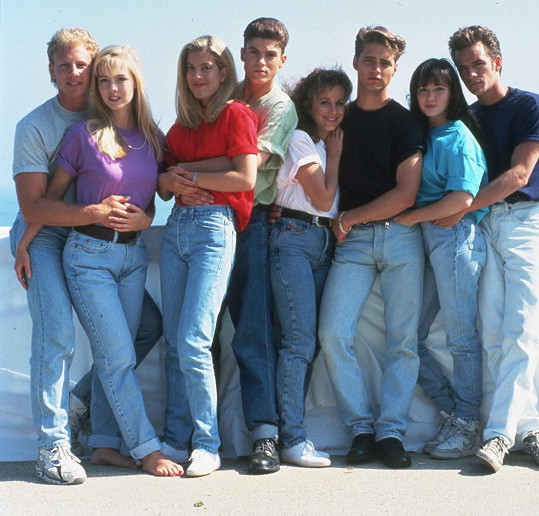 Ian Ziering (první zleva), Tori Spelling (třetí zleva) a Gabrielle Carteris (pátá zleva) v seriálu Beverly Hills 90210