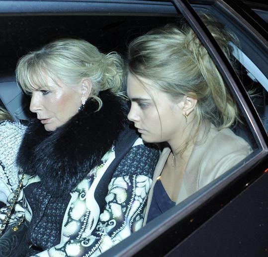 Drogově závislá matka modelku připravila o bezstarostné dětství.