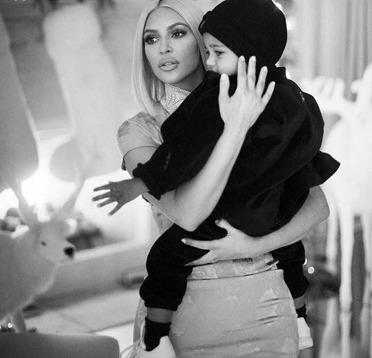 Kim už má syna doma.