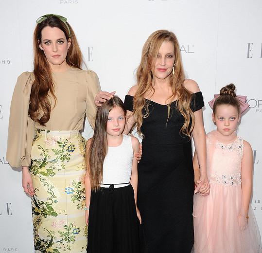 S kytaristou má dvojčata Harper a Finley, na snímku ještě s nejstarší dcerou Riley.