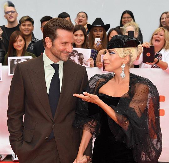 Na premiéře filmu Zrodila se hvězda s Bradleym Cooperem