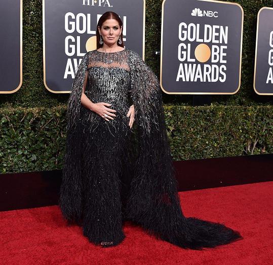 Pokud by snad vládkyně pekel měla zvolit róbu na Zlaté glóby, vypadaly by šaty velmi podobně jako ty od Pamelly Roland, které zvolila hvězda seriálu Will a Grace Debra Messing.