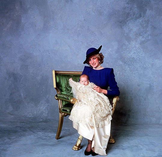 I křtiny Harryho byly veřejnou událostí. Na snímku malý Harry s matkou Dianou