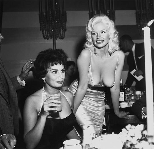 Píše se rok 1957. Účast největší italské star na hollywoodském večírku přebila během minuty Jayne Mansfield svými ňadry...