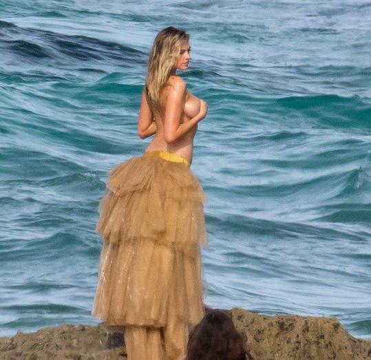 V dalším měla pózovat na útesu jen v sukni a s obnaženými ňadry, ktará si držela rukama.