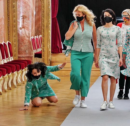 Nela Boudová se skácela na módní přehlídce.