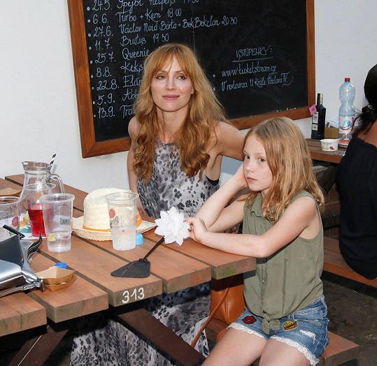 Malá Julie je celá maminka.