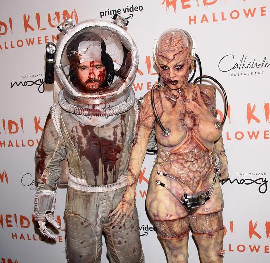 Doprovodil ji manžel Tom Kaulitz jako spráskaný kosmonaut.