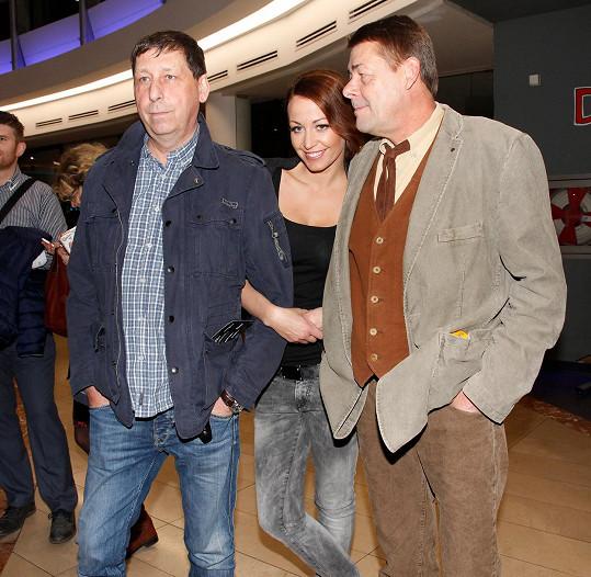 Agáta Prachařová se svým biologickým otcem Jiřím Hanychem a druhým tatínkem Markem Navrátilem, který nečekaně zemřel.
