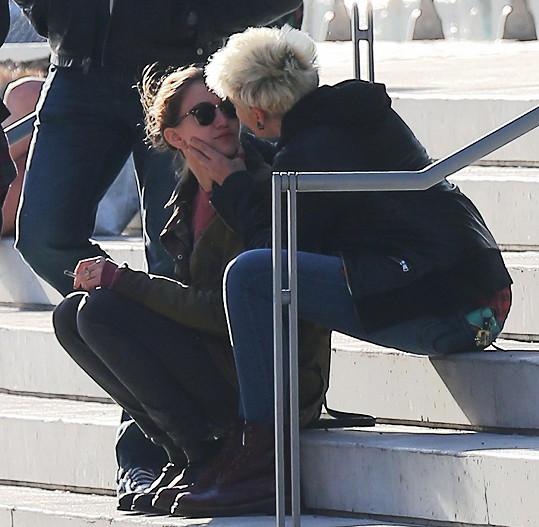 Paris posedávala na schodech před muzeem umění Whitney s touto dívkou.
