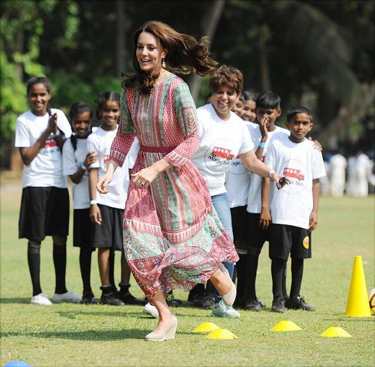 Tamní děti byly z návštavy Kate nadšené.