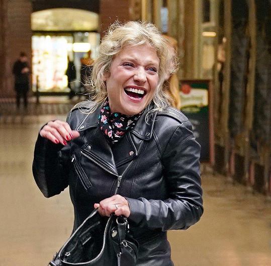 Usměvavá herečka neztrácí šmrnc ani po čtyřicítce.