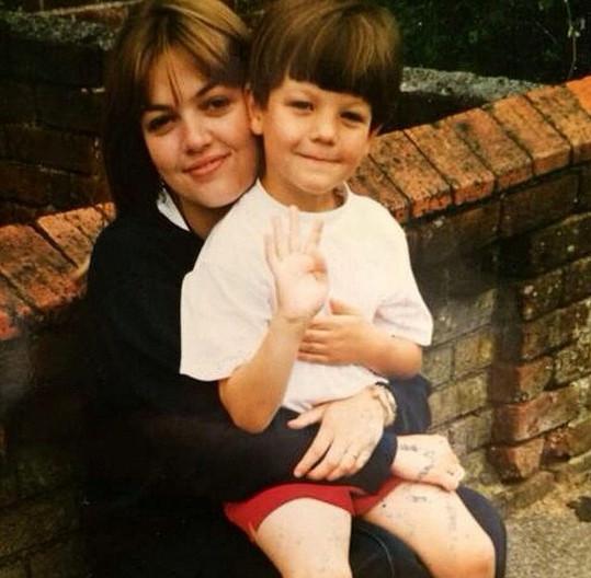 Louis se svou mámou jako malý klučík...