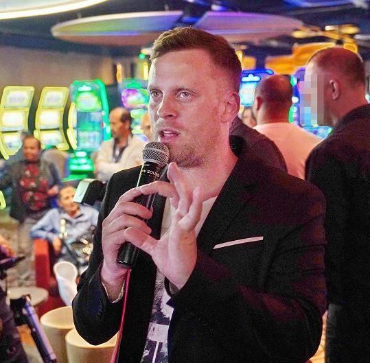 Poté Jakub zamířil do kasina, kde moderoval na uzavřené party.