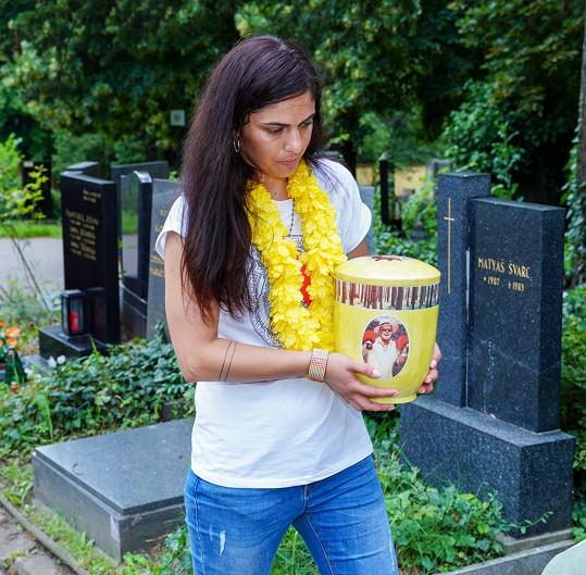Urnu s popelem uložila do hrobu Tereza Kardová.