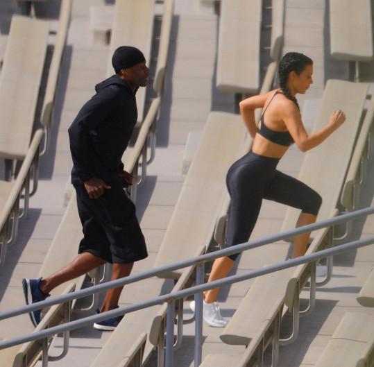 """""""Vstávám každé ráno mezi 5:30 a 6:00 a trénuji hodinu a půl, než mi vstanou děti,"""" tvrdila Kim Kardashian po skandálu s fotkami její neudržované postavy."""