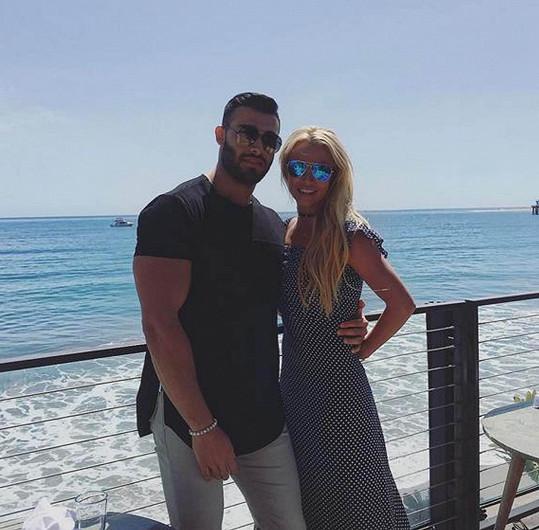 Zpěvačku ovlivňuje její přítel Sam Asghari, který působí jako fitness trenér.