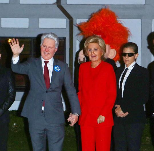 Krásnou zpěvačku by v masce americké prezidentské kandidátky poznal málokdo.