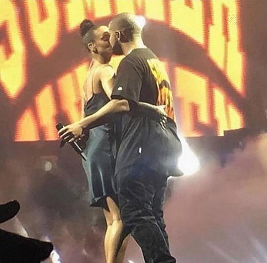 Koncem srpna se na sebe milenci vrhali i na pódiu.